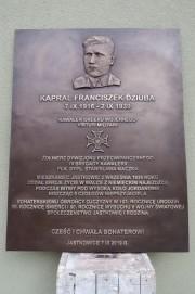 Na ścianie budynku Publicznej Szkoły Podstawowej im. Armii Krajowej w Jastkowicach zawiśnie tablica upamiętniająca kaprala Franciszka Dziubę.