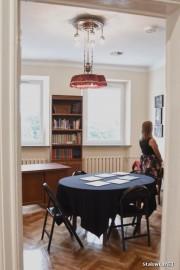 Na pokój Józefa Żmudy w Miejskim Domu Kultury w Stalowej Woli składają się meble mające status ruchomego zabytku - dwie komody, stół, żyrandol, aksamitna narzuta na stół i krzesło.