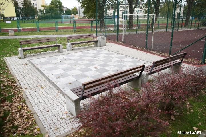 Ulica Czarnieckiego, bloki nr 10 i 12. W ich sąsiedztwie znajduje się PSP nr 3, boisko Orlik, altana ze stołem do gry w ping ponga, boisko do koszykówki oraz kamienna szachownica, wokół której zamontowano kilka ławek. Te ostatnie na prośbę mieszkańców przeniesiono.