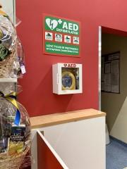 W supermarkecie Tesco w Stalowej Woli przy punkcie obsługi klienta zamontowano defibrylator AED. Ufundowała go sieć handlowa, która zakończyła montaż urządzeń w 74 lokalizacjach w Polsce.