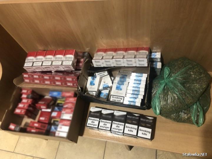 W samochodzie funkcjonariusze ujawnili 146 paczek papierosów bez polskich znaków akcyzy i dwie foliowe torby z tytoniem.
