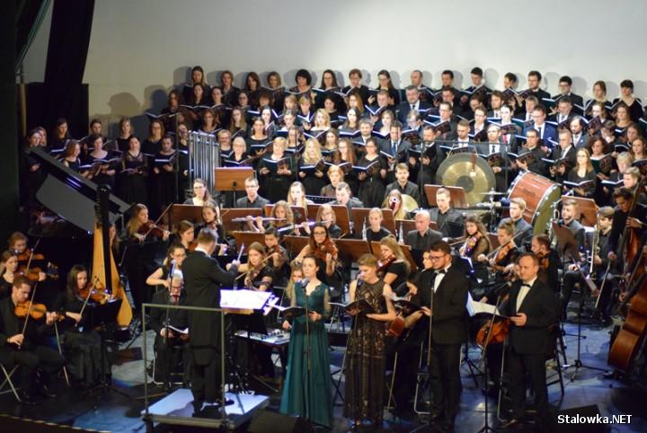 Na scenie pojawiło się ok 150 artystów, pod kierownictwem Piotra Pałki i Huberta Kowalskiego.