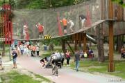 Na wzniesieniu w Parku Miejskim w Stalowej Woli pojawią się elementy ograniczające prędkość. Ma to związek z bliskim sąsiedztwem parku linowego i przebiegającymi przez ciąg pieszo-rowerowy dziećmi.