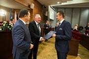 Mateusz Płeszka odbiera nominację z rąk marszałka Władysława Ortyla i przewodniczącego Sejmiku Województwa Jerzego Borcza.