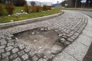 Codziennie przejeżdżają przez rondo setki samochodów. Kierowcy mniejszych aut muszą uważać na uszkodzoną wyspę oraz fragmenty kostki porozrzucane po jezdni.