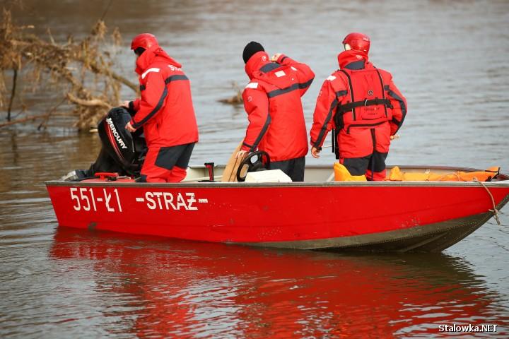 Od godzin porannych strażacy z Państwowej Straży Pożarnej oraz Ochotniczej Straży Pożarnej przeszukują na łodziach koryto rzeki San w Stalowej Woli.