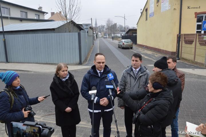 Na ulicy Kopernika w Rozwadowie odbyła się konferencja prasowa ma temat wyremontowanych dróg, podczas której informacji udzielali: Renata Knap (zastępca prezydenta) i Rafał Weber (wiceminister infrastruktury).