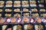 Potrawy są kolorowe, na bazie świeżych warzyw, mięs i ryb.