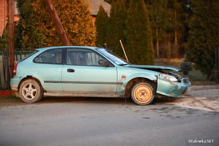 W Pysznicy auto uderzyło w słup telekomunikacyjny. Dwie osoby zostały ranne.
