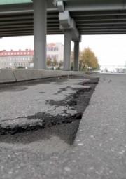 Na ulicy 1-go Sierpnia znajdują się liczne ubytki zagrażające bezpieczeństwu użytkowników drogi.