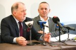 Konferencja prasowa w szpitalu w Stalowej Woli z udziałem dyrektora Edwarda Surmacza i starosty powiatowego Janusza Zarzecznego.