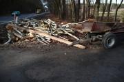 Policjanci ze stalowowolskiej drogówki potraktowali zdarzenie jako kolizję. Przyczepę postawiono na jezdni po czym z powrotem załadowano na nią drewno.
