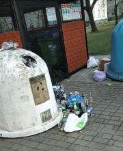 Jeden z Czytelników zwraca między innymi uwagę na przyblokowy teren na ulicy Popiełuszki 3 w Stalowej Woli.