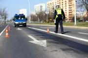 Pas jezdni, na którym ciągnęła się śliska substancja został wyłączony z ruchu i zabezpieczony pachołkami.
