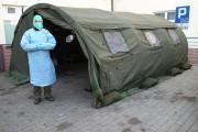 Przed głównym wejściem do Powiatowego Szpitala Specjalistycznego w Stalowej Woli stanął namiot polowy, rozłożony przez wojsko z Podkarpackiej Brygady Obrony Terytorialnej.