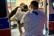 Zdaniem świadków zdarzenia mężczyzna wyszedł od strony z apteki i upadł na chodnik. Nie podnosił się. Kiedy próbowano mu pomóc krzyczał, że ma koronawirusa.