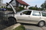 W Zaklikowie auto wjechało w płot prywatnej posesji.