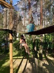 W Parku Miejskim w Stalowej Woli trwa przegląd jednej z atrakcji - linowego placu zabaw.