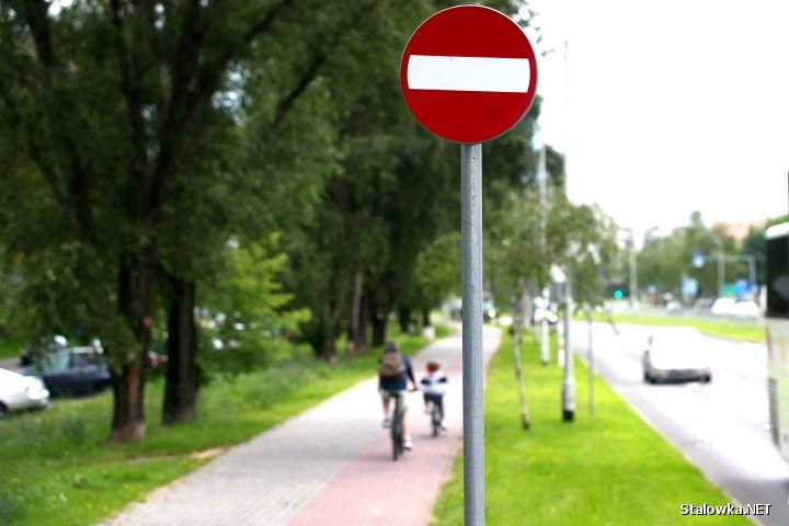 Na ścieżkach rowerowych wzdłuż Drogi Krajowej nr 77 ustawiono znaki zakazu wjazdu. - Nie bardzo rozumiem jaki był zamysł zarządcy. I tak tego nikt nie przestrzega - twierdzi nasz rozmówca.