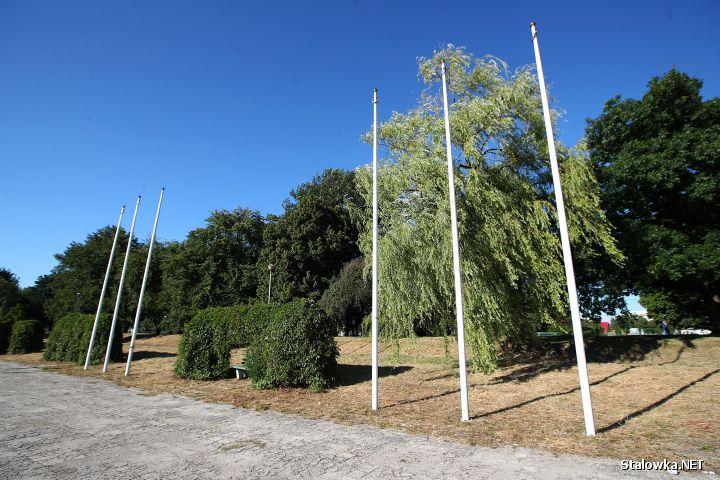 Na placu Józefa Piłsudskiego kilkanaście lat temu postawiono maszty, na których nikt już nie pamięta aby kiedykolwiek wisiały jakieś flagi.