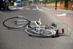 W wypadku poszkodowany rowerzysta doznał urazu głowy.