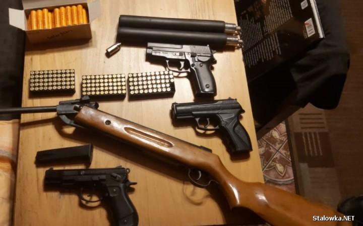 Funkcjonariusze ujawnili 74 sztuki nielegalnie posiadanej broni krótkiej i długiej różnego kalibru, z których część była przystosowana do oddawania strzału z amunicji ostrej.