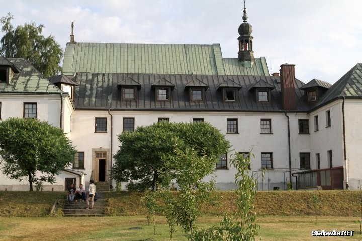 Mająca się zakończyć 16 października 2020 roku kwarantanna w Klasztorze Braci Mniejszych Kapucynów w Stalowej Woli - Rozwadowie, zostaje przedłużona. Wykryto kolejne dwa przypadki zakażenia koronawirusem.