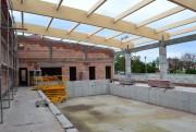 Trwają prace przy zadaszeniu hali sportowej i pływalni przyszkolnej w Stanach. Końcem września br. wykonawca zadania przystąpił do montażu dźwigarów łukowych z drewna klejonego.
