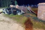 W miejscowości Antoniów samochód osobowy, którym jechało 6 osób wjechał w ogrodzenie cmentarza.