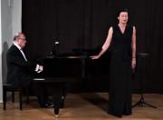 Prezentujemy koncert Romantycznie, który uwieczniono w Muzeum Regionalnym w Pińczowie. Usłyszą Państwo pieśni Polskie. Występują: Joanna Woś - sopran i Artur Jaroń - fortepian.