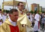 Rok 2013, arcybiskup Mieczysław Mokrzycki w procesji Bożego Ciała przy niesionej relikwii Jana Pawła II.