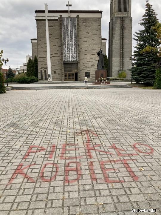 Przed Bazyliką Konkatedralną, przy wejściu, na chodniku sprayem napisano piekło kobiet oraz pedofile. Interweniowały tam służby porządkowe.