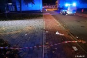 Mimo szeroko zakrojonej akcji policji, sprawcy poniedziałkowej strzelaniny na ulicy Energetyków w Stalowej Woli nadal pozostają na wolności. Dwóch rannych mężczyzn, przebywa w szpitalu.