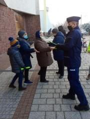 Wczoraj policjanci z Zespołu Profilaktyki Społecznej, Nieletnich i Patologii ze stalowowolskiej komendy rozdawali elementy odblaskowe mieszkańcom gminy Bojanów.