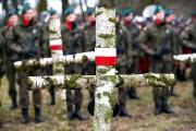 Członkowie Fundacji zwracają uwagę, że na cmentarzu wojennym pochowano przeszło 1000 żołnierzy wielu narodowości, w tym Polaków. Dzięki współpracy z historykami udało się zidentyfikować 800 z nich.
