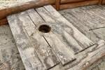 Łódź a raczej wrak łodzi był smutnym widokiem. Zamiast bawiących się w niej dzieci, na ziemi leżał urwany maszt, z konstrukcji zwisały liny z ostrymi śrubami.