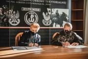 Dyrektor Agata Krzek oraz Dowódca 3. Podkarpackiej Brygady Obrony Terytorialnej płk Dariusz Słota, podpisali porozumienie w sprawie współpracy.