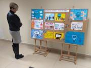 Młodzi internauci przygotowali rysunki wykonane dowolną techniką i przynieśli je do Multiteki, przed którą znajduje się wystawa wykonanych prac.