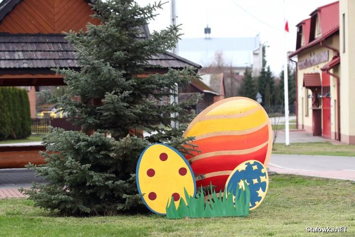 Na terenie gminy Bojanów w powiecie stalowowolskim, w różnych miejscach, pojawiły się pokaźnych rozmiarów ozdoby wielkanocne.