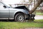 Na ulicy gen. Leopolda Okulickiego w Stalowej Woli doszło do wypadku drogowego, w którym samochód osobowy wjechał w drzewo.