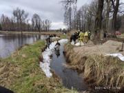 W związku z opadami deszczu jakie miały miejsce w minionych dniach, druhowie z Ochotniczej Straży Pożarnej w Zaklikowie, brali udział w umacnianiu grobli na zbiorniku wędkarskim w Lipie.