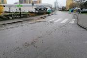 Pan Tomasz, mieszkaniec Stalowej Woli zwrócił uwagę na dziurę w jezdni na drodze osiedlowej, która ze względu na swoją lokalizację, jest zagrożeniem zarówno dla kierowców jak i pieszych.