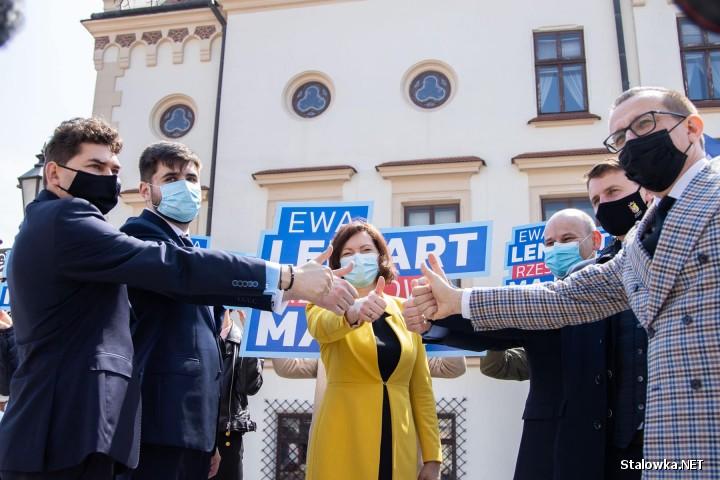 1 maja w Rzeszowie odbyła się konferencja prasowa z udziałem kandydata na prezydenta, wojewody Ewy Leniart (PiS), która zyskała między inny poparcie włodarzy Zamościa, Chełma, Otwocka, Tomaszowa Mazowieckiego i Stalowej Woli Lucjusz Nadbereżnego.