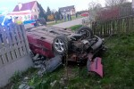 W miejscowości Pietropole doszło do wypadku. Auto dachowało, uszkadzając ogrodzenie.