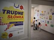 Ekspozycja prezentuje prace dzieci biorące udział w konkursie Portret mojego logopedy, przygotowaną we współpracy z Poradnią Psychologiczno-Pedagogiczną w Stalowej Woli.
