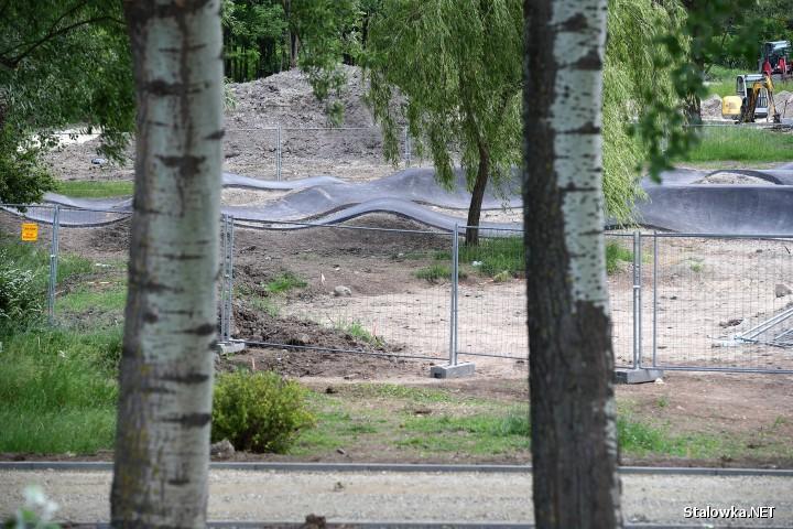 Końcem sierpnia powinny zostać oddane do użytku: 200 metrowy pumptrack i 300 metrowy tor rolkarski, które powstają w ramach budowy pierwszego etapu Parku Zimnej Wody.