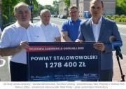 Symboliczny czek na ponad 1,27 mln zł z przeznaczeniem na przebudowę mostu na rzece Sanna w miejscowości Łążek Zaklikowski, wręczył wiceminister infrastruktury Rafał Weber staroście Januszowi Zarzecznemu.