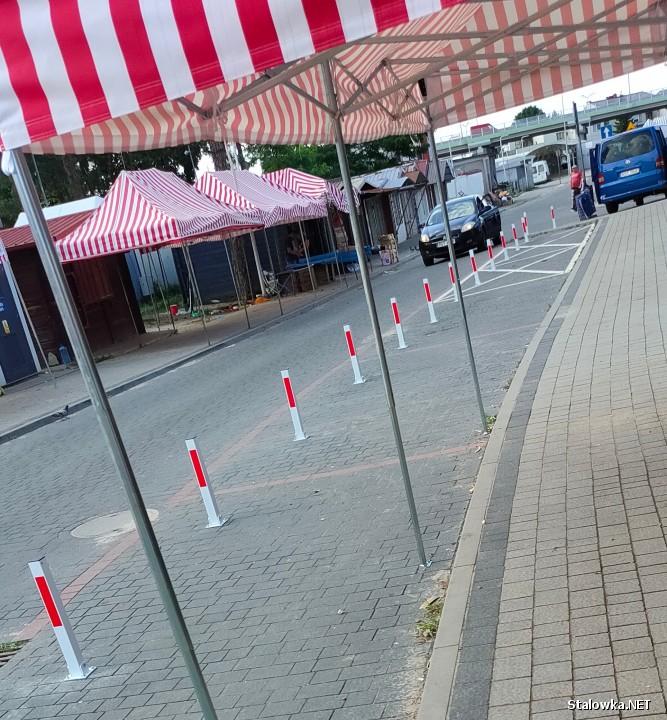 Przy hali owocowo-warzywnej Zieleniak w Stalowej Woli postawiono słupki, które uniemożliwiają parkowanie pojazdów. Pomysł ten nie każdemu się podoba.