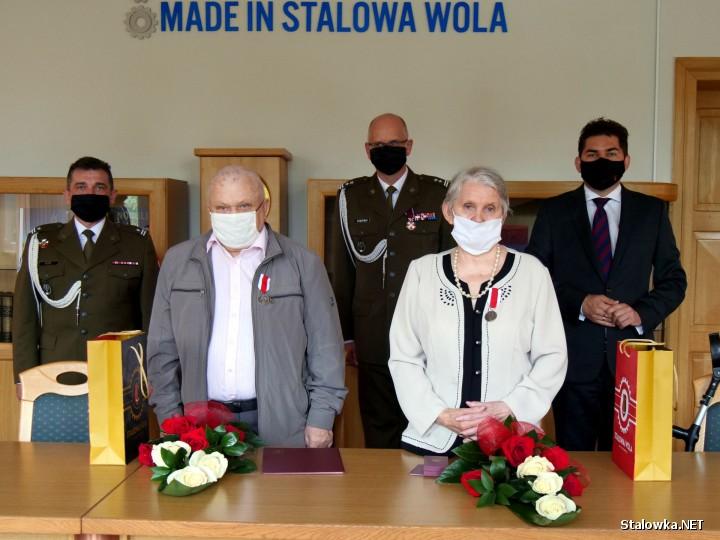 Srebrnym Medalem za Zasługi dla Obronności Kraju uhonorowani zostali Państwo Janina i Stanisław Prytek. Odznaczenie odebrali za wychowanie trzech synów, którzy wzorowo odbyli służbę wojskową.