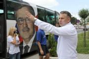 Autobusem przyjechał m.in poseł na Sejm RP Piotr Tomański który rozdawał ulotki na hali targowej.